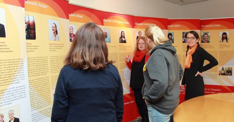 Frauen vor Ausstellung